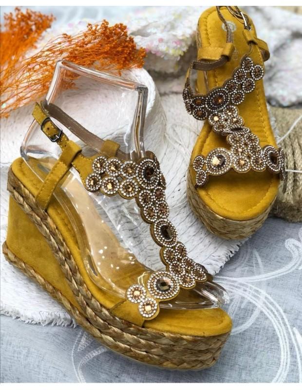 Sandalia azabache. Modelo N156 AZABACHE. Color amarillo.