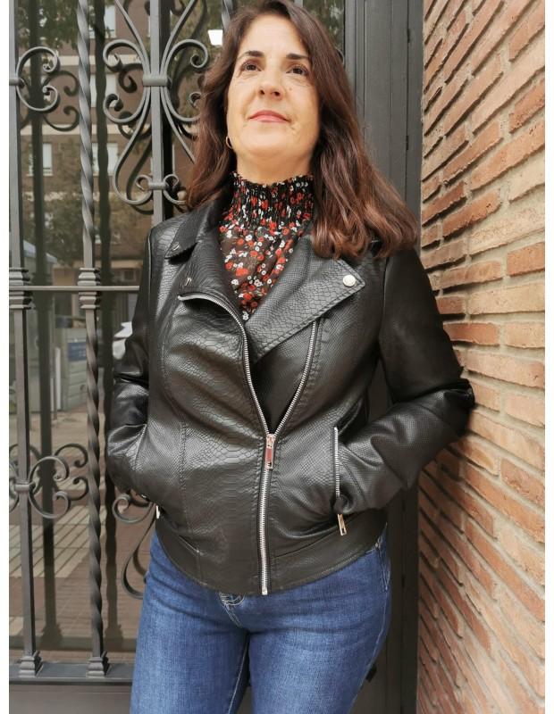 Chaqueta polipiel de mujer. Modelo AX1926 cremalleras. Color negro.