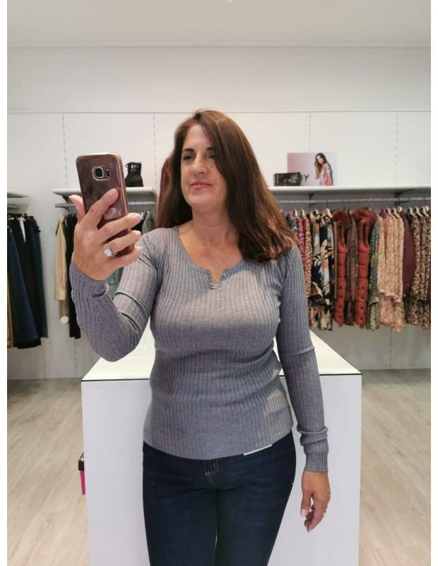 Suéter pico/botones para mujer. Modelo LB0006. Color gris.