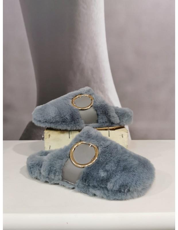 Zapatillas de estar por casa. Modelo hebilla. Color gris azulado.